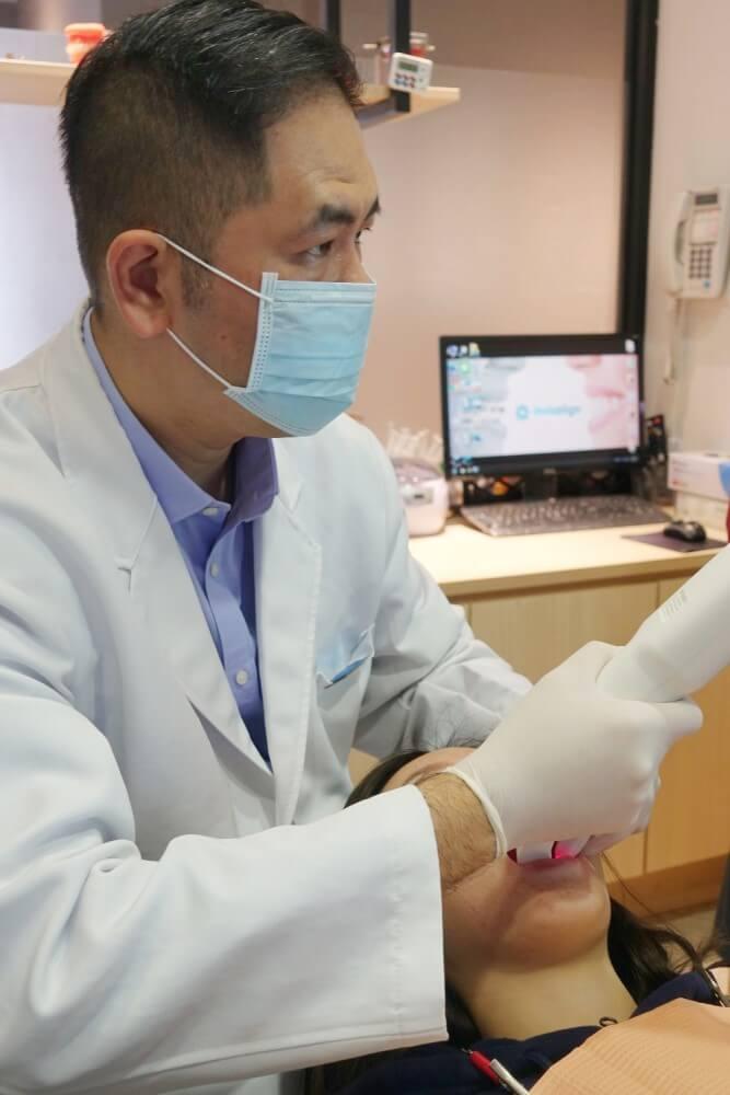譚世康醫師示範口掃