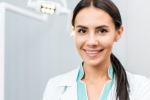 close-up-of-smiling-female-dentist-in-dental-clini-HTPVJXB (1)